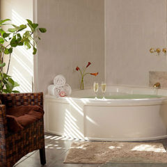 Whirlpool Tub in Overlook Room 555x352px